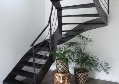 Escalier acier brut vernis et marches noires - Escaliers
